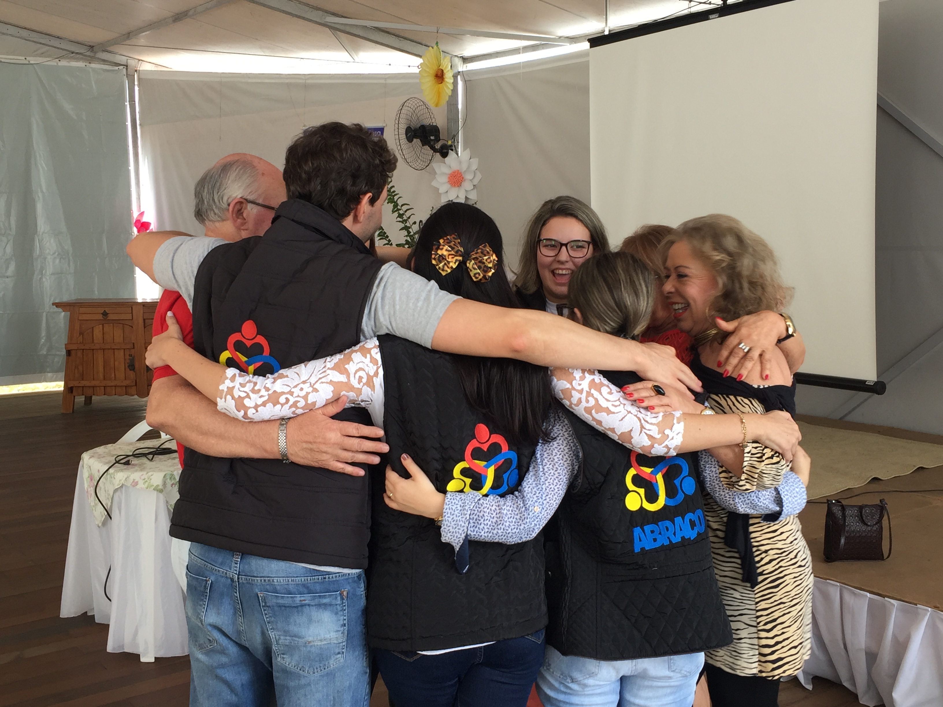 Dia do Abraço: conheça programas de acolhimento oferecidos em Balneário Camboriú